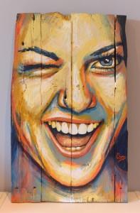 portrait-femme-rire-peinture-bois