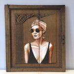 portrait de femme réalisé par coraline van butsele alias coco, artiste peintre française. acrylique sur bois, porte de placard