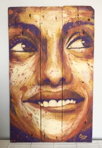 portrait-femme-sourire-peinture-bois