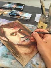 travail en cours peinture sur carton au marché de l'art de Château-thierry
