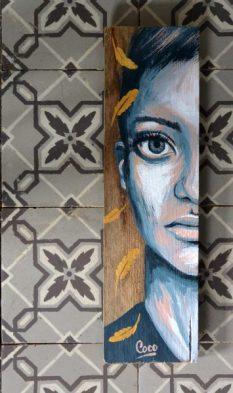 peinture-tableau-bois-demi-portrait-motif-doré-plumes-carreau-ciment