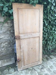 vieille porte en bois, support du tableau cocoon de Coraline Van Butsele