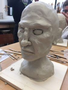 portrait réalisé à l'argile par Coraline Van Butsele dans le cadre du stage sculpture encadré par Jonathan Boucher aux ateliers créatifs de Villers-Cotterets