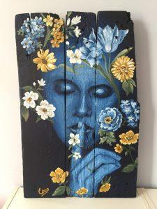 peinture sur bois, portrait de femme orné de fleurs. tableau réalisé par Coraline Van Butsele