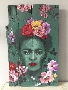 Tableau de Coraline Van Butsele, portrait à l'acrylique sur bois, représentant l'artiste Frida Kahlo