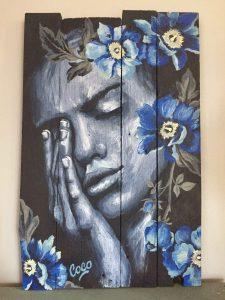 Peinture, portrait de femme orné de fleurs à l'acrylique sur bois, réalisé par Coraline Van Butsele