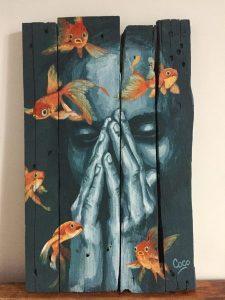 Peinture, portrait de femme orné de poissons rouges à l'acrylique sur bois, réalisé par Coraline Van Butsele