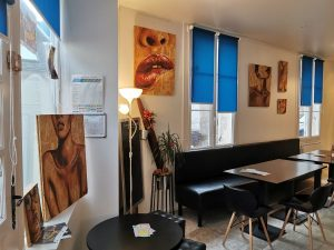 exposition de peinture sur bois de Coraline Van Butsele alias coco au restaurant le st antoine à Crépy en Valois.