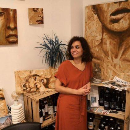 Coraline Van Butsele peintre sur bois à l'exposition du Saint Antoine à Crépy-en-Valois